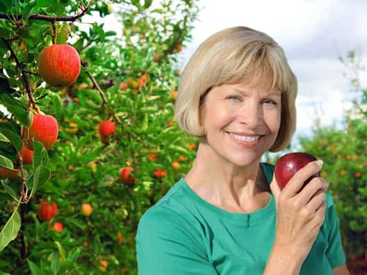 smiling-lady-holding-an-apple